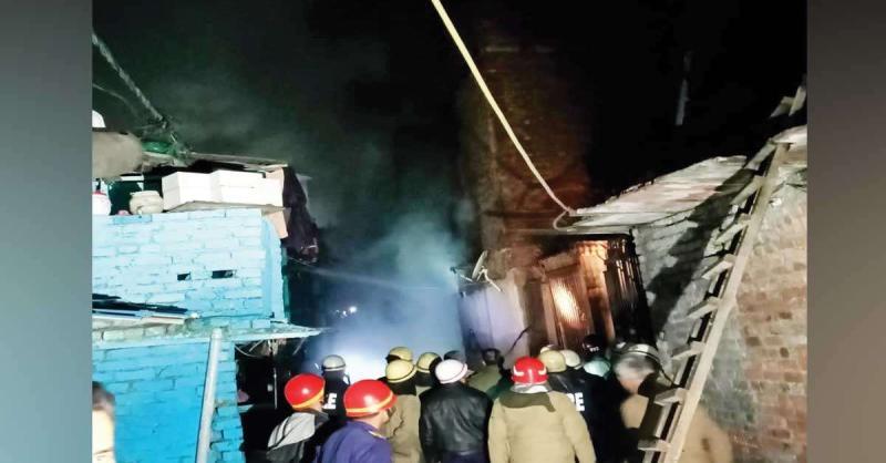 मायापुरी में भीषण आग महिला समेत दो घायल