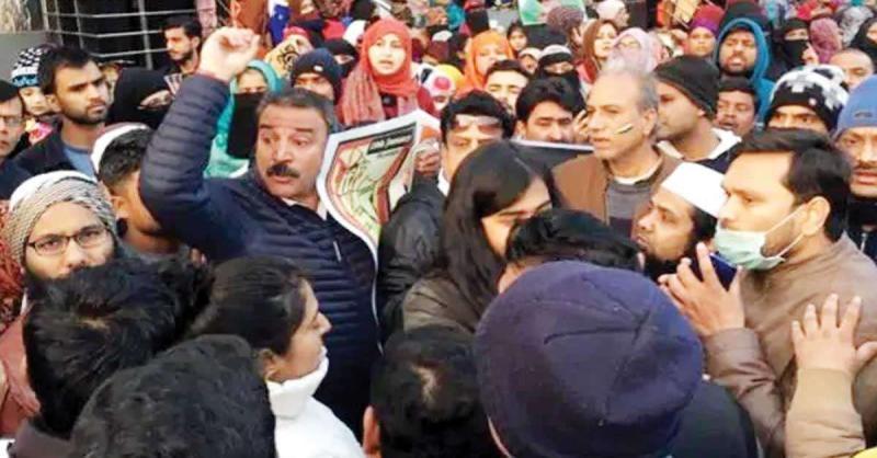 प्रदर्शनकारियों के साथ कश्मीरी पंडितों की हुई झड़प