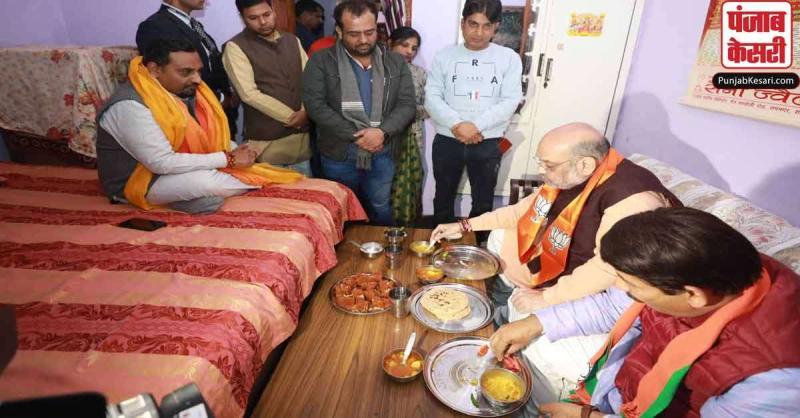 ...जब दिल्ली में चुनाव प्रचार खत्म कर कार्यकर्ता के घर पहुंचे अमित शाह, खाया खाना
