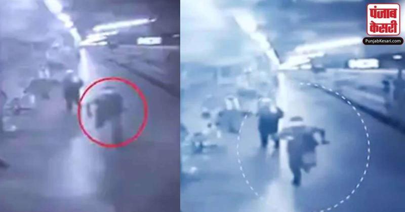 इस पुलिसवाले ने ट्रेन के पीछे दौड़कर दो दिन से भूखी बच्ची तक पहुंचाया  दूध, रेल मंत्री ने कहा- 'उसैन बोल्ट को पछाड़ा'