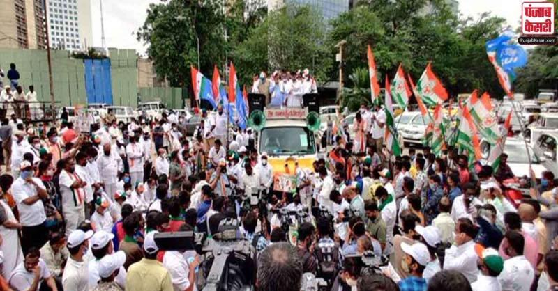 बेंगलुरु में पेट्रोल-डीजल में दामों में बढ़ोतरी के खिलाफ कांग्रेस ने निकाली रैली, सोशल डिस्टेंसिंग के नियम का किया उल्लंघन