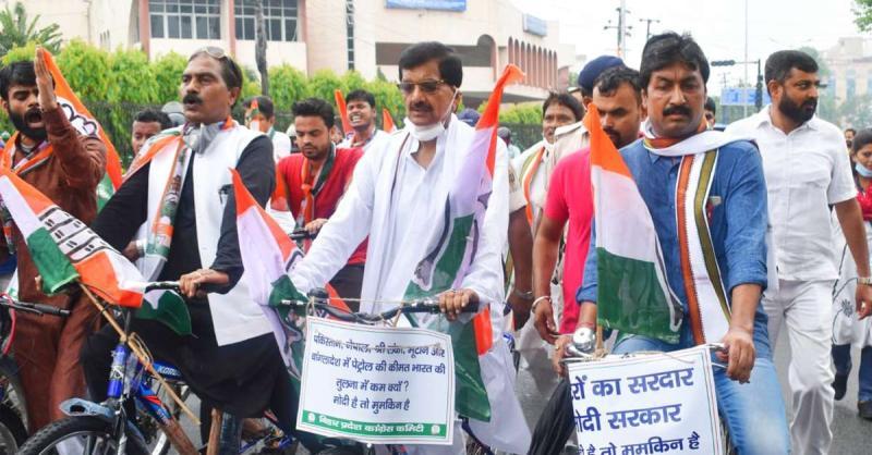 पेट्रोल-डीजल के बढ़ रहे दामों के खिलाफ सडक़ पर उतरकर कांग्रेस ने जताया विरोध