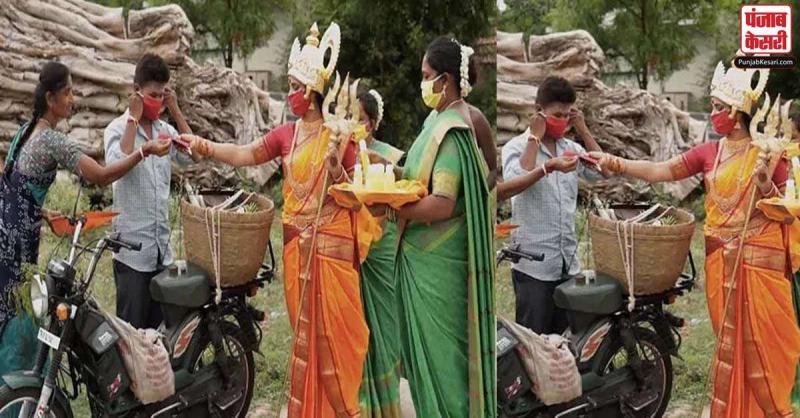 तमिलनाडु में इस महिला ने देवी मां की तरह कपड़े पहनकर  लोगों को कोविड-19 के प्रति किया जागरूक