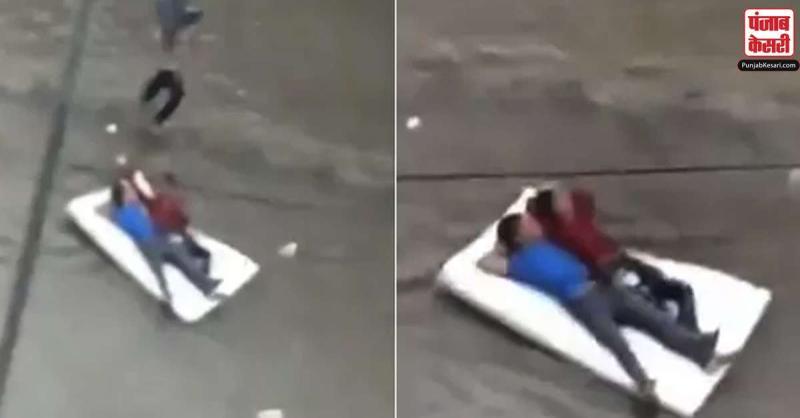 जब इन दो शख्श ने पानी से भरी सड़क पर बिछाया 'गद्दा',लोग हुए इनके जबरा फैन