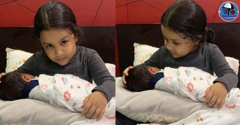 धोनी की पत्नी साक्षी ने शेयर की बेटी जीवा की गोद में बच्चे संग तस्वीर, मिलने लगी हैं बधाइयां