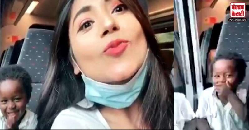 इस लड़की ने ट्रेन में फ्लाइंग Kiss दिया, बच्चे ने शर्मा कर ऐसे दिया रिएक्शन, देखें वायरल वीडियो