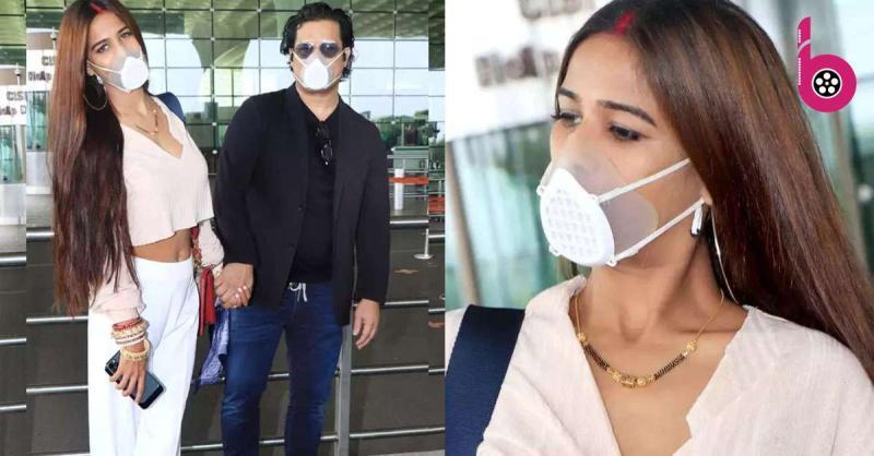 गले में मंगलसूत्र और मांग में सिंदूर लगाए एयरपोर्ट पर नजर आई पूनम पांडे,पति सैम संग हनीमून के लिए भरी उड़ान