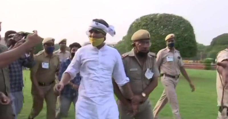संजय सिंह के निलंबन के खिलाफ प्रदर्शन कर रहे AAP कार्यकर्ता हिरासत में लिए गए