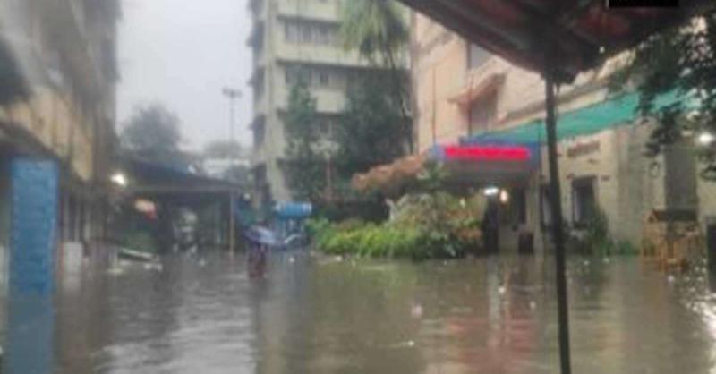 बारिश की वजह से डूबी मुंबई, सड़क और रेल यातायात बुरी तरह प्रभावित