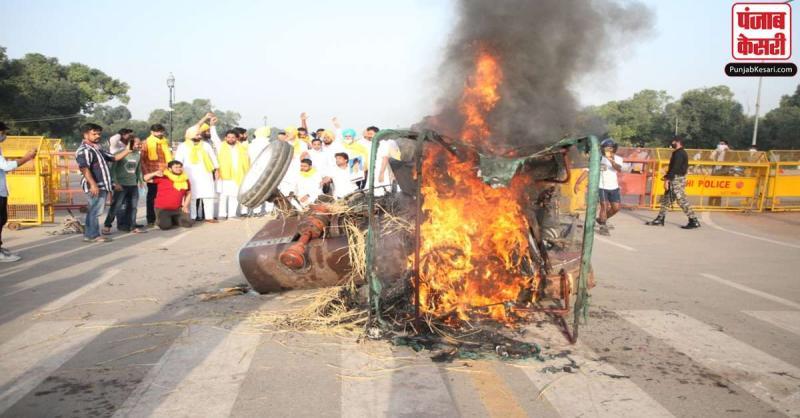 दिल्ली : कृषि बिल को लेकर विरोध प्रदर्शन जारी, कांग्रेस कार्यकर्ताओं ने इंडिया गेट पर ट्रैक्टर में लगाई आग