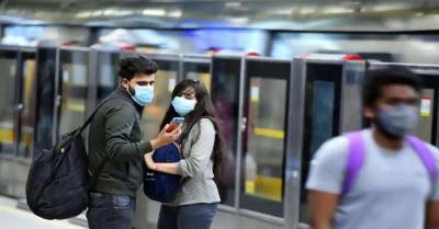 मेट्रो में दिल्ली पुलिस ने कोरोना के नियमो का उल्लंघन करने पर 98 यात्रियों पर लगाया जुर्माना