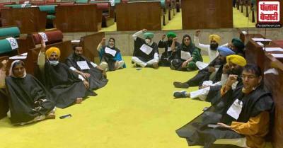 कृषि बिल पर AAP का पंजाब विधानसभा में प्रदर्शन, विधेयक पेश नहीं करने पर की सरकार की आलोचना