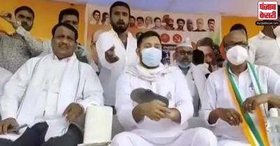 विधानसभा चुनाव : औरंगाबाद में राजद नेता तेजस्वी यादव पर चुनाव प्रचार के दौरान चप्पल फेंकी गई