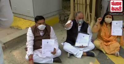 सैलरी की मांग को लेकर CM केजरीवाल के घर के बाहर धरने पर बैठे तीनों मेयर