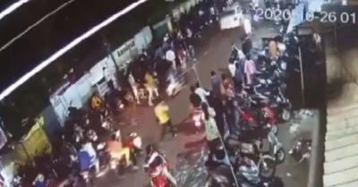 सड़क नियमों को तोड़ने से रोका तो पुलिसकर्मी को कार की बोनट पर 500 मीटर तक घसीटा