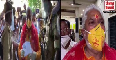 Bihar Election : कृषि मंत्री कमल निशान वाला मास्क पहन वोट डालने पहुंचे, दर्ज होगा मामला
