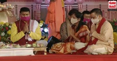 दिल्ली : सीएम केजरीवाल ने अक्षरधाम मंदिर में किया दीपावली पूजन, प्रदूषण न फैलाने की अपील की