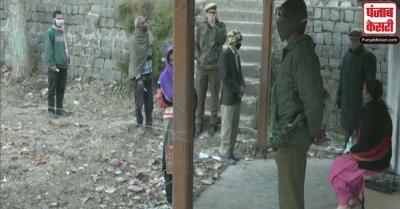 जम्मू-कश्मीर में कड़ाके की ठंड के बीच डीडीसी चुनाव के दूसरे चरण के लिए 2100 केंद्रों पर मतदान जारी