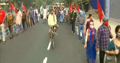 बंगाल में भारत बंद के मद्देनजर कांग्रेस और वाम समर्थकों ने सड़कों, रेल पटरियों को किया जाम