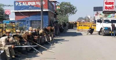 सिंघु बॉर्डर पर एक प्रदर्शनकारी का हंगामा, SHO पर किया हमला, फुटपाथ पर चढ़ाई कार