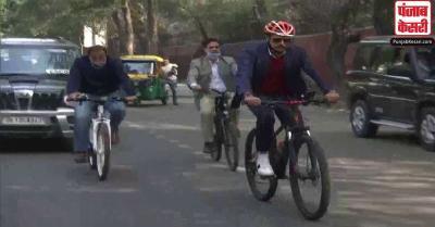 पेट्रोल की बढ़ती कीमतों के विरोध में साइकिल पर सवारी करते नज़र आए रॉबर्ट वाड्रा