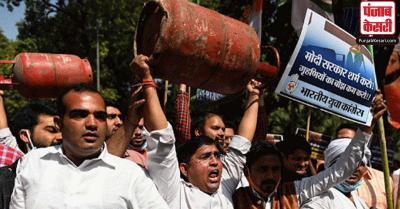 ईंधन की बढ़ती कीमतों के खिलाफ कांग्रेस स्मृति ईरानी के आवास पर किया विरोध प्रदर्शन