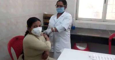 उत्तर प्रदेश में महिला दिवस पर 15 हजार महिलाओं को लगा कोरोना का टीका