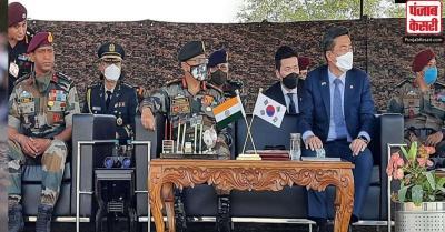 भारत दौरे पर आए दक्षिण कोरिया रक्षा मंत्री ने भारतीय सेना के पैराट्रूपर को अभ्यास का लिया जायजा