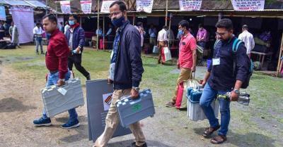 असम : ईवीएम छीनने की कोशिश कर रही भीड़ को रोकने के लिए पुलिस ने चलाईं रबड़ की गोलियां