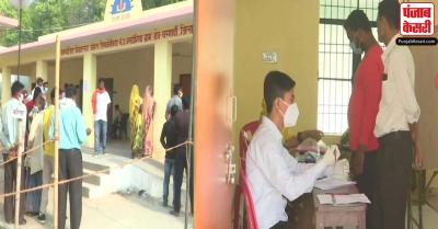 यूपी पंचायत चुनाव के पहले चरण के तहत 18 जिलों में मतदान जारी, मतदान केंद्रों पर लगी भीड़