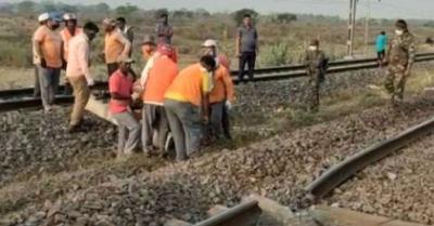 नक्सलियों का आतंक, हावड़ा-मुंबई मुख्य रेल मार्ग पर लैंडमाइंस लगाकर उड़ाई रेलवे पटरी, ट्रेनों का परिचालन ठप