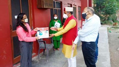 हिमाचल प्रदेश: स्वास्थ्य मंत्री ने मरीजों के घर-घर जाकर बांटी आइसोलेशन किट, वैक्सीन के प्रति अफवाहों पर किया सतर्क