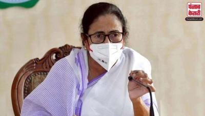 धनखड़ की दिल्ली यात्रा पर ममता का कटाक्ष, बोली- एक बच्चे को मनाकर चुप कराया जा सकता है लेकिन एक वृद्ध व्यक्ति को नहीं।
