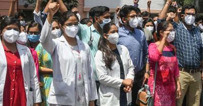 डॉक्टरों पर हो रही हिंसा के विरोध में IMA के सदस्यों ने केरल में किया प्रदर्शन, यौद्धाओं को बचाओ के लगाए नारे