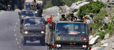 An Indian Army convoy moves along a highway leading to Ladakh, at Gagangeer in Kashmir's Ganderbal district June 18, 2020. Photo: Reuters/Danish Ismail