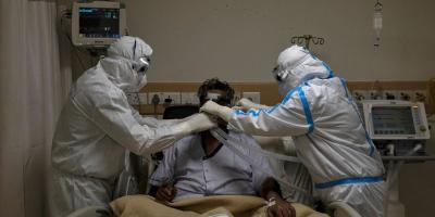 Medical workers wearing personal protective equipment (PPE) take care of a patient suffering from the coronavirus disease (COVID-19). Photo: Reuters/Danish Siddiqui