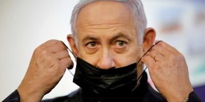 Israeli Prime Minister Benjamin Netanyahu adjusts his protective face mask after receiving a coronavirus disease (COVID-19) vaccine at Sheba Medical Center in Ramat Gan, Israel December 19, 2020. Photo: Reuters/Amir Cohen