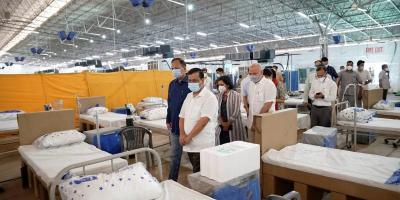 Arvind Kejriwal visits a COVID-19 facility in Delhi. Photo: Twitter/@ArvindKejriwal