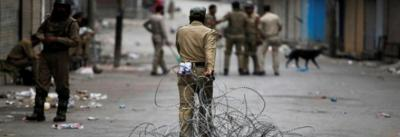 Representative image. An Indian policeman pulls concertina wire to lay a barricade on a road during a curfew in Srinagar July 12, 2016. Photo: Reuters/Danish Ismail