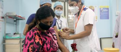 A healthcare worker holding a rose receives an AstraZeneca's COVISHIELDvaccine, during the coronavirus disease (COVID-19) vaccination campaign, at a medical centre in Mumbai,India, January 16, 2021. Photo: Reuters/Francis Mascarenhas/File Photo