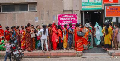 People wait in a queue to receive COVID-19 vaccine dose, at a district hospital in Noida, Friday, July 23, 2021. Photo: PTI