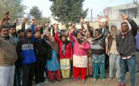Train tragedy victims' families protest over delay in Central compensation