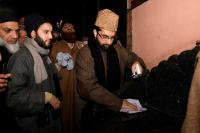 Days after IS flags at Jamia, Mirwaiz cleans defiled area