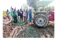 ट्रक पलटने से किसान की फसल हुई बर्बाद, ट्रकों की आवाजाही रोकी