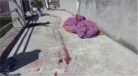 शर्मनाकः कलयुगी बेटे ने बेरहमी से हत्या के बाद मां के शव को बालों से पकड़कर घसीटा
