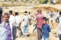 अवैध उत्खनन कर रहे तीन भाई मिट्टी धसकने से दबे, 2 की मौके पर मौत 1 घायल