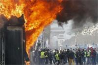 'येलो वेस्ट' प्रदर्शनों के दौरान दंगाइयों ने लूटी दुकानें, आग लगाई
