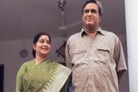 सुषमा स्वराज के पति का मजेदार ट्वीट, कहा- मेरी पत्नी भी बन गई चौकीदार