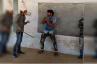 दबदबा बढ़ाने के लिए बदमाशों ने चार युवकों को पीटा, वीडियो वायरल