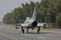 पाकिस्तान में वायु सेना ने लड़ाकू विमानों को राजमार्ग पर उतारा